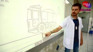 Professor do Salesiano Sorocaba utiliza lousa digital em sala de aula — Foto: Colégio Salesiano/Divulgação